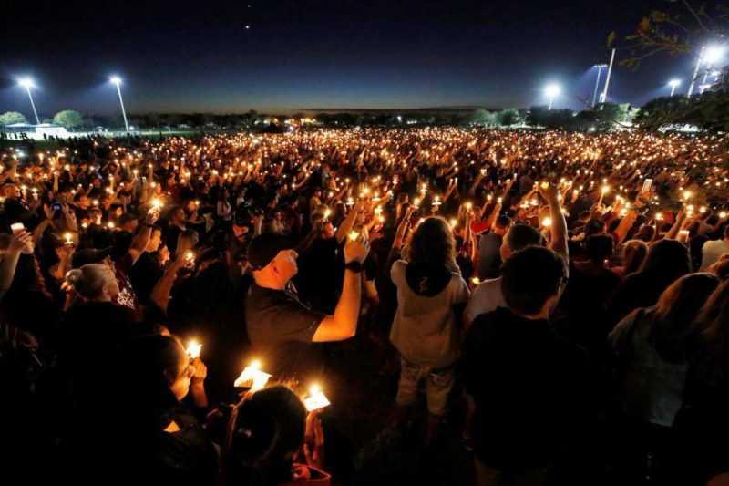Miles asisten a vigilia por las víctimas de tiroteo Florida
