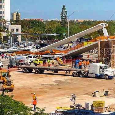 Calapsa puente peatonal en la Universidad Internacional de Florida
