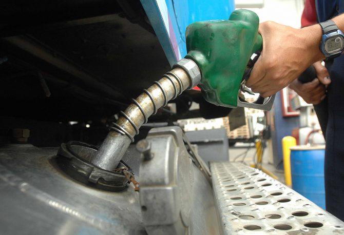 Continúan bajando los precios de los combustibles