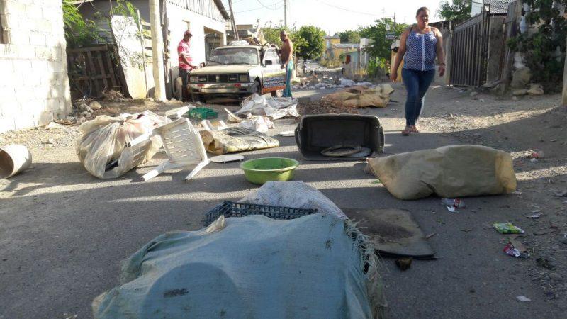 Protestan por agua, luz y escuela en Estancia del Yaque
