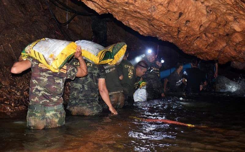 Hallan vivos 13 desaparecidos en cueva de Tailandia
