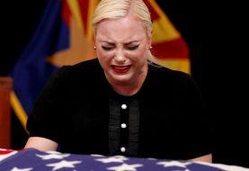 Meghan McCain se derrumba en lágrimas sobre el ataúd de su padre