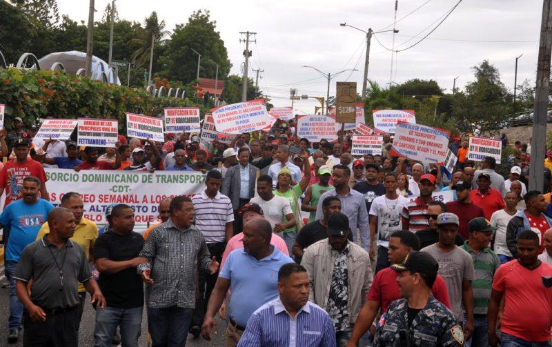 Santiago: Choferes y policías se enfrentan en marcha