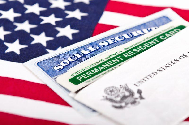 """Trump considera restringir """"green cards"""" por asistencia pública"""