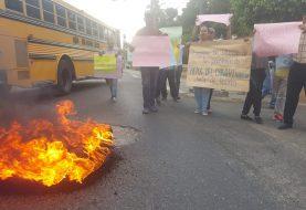 Protestan en Santiago por agua, luz y calles