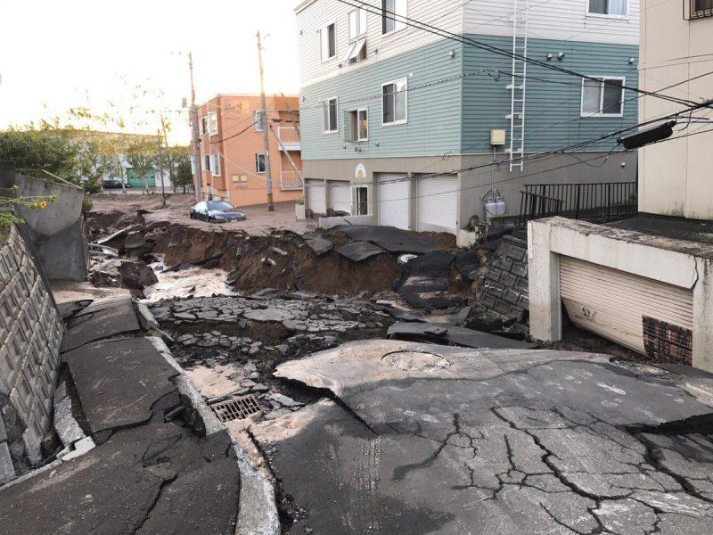 Potente terremoto en Japón causa 7 muertos y deslaves