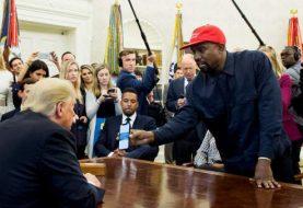 Kanye West se reúne con Trump y muestra contraseña de su iPhone