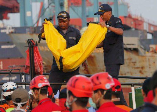 Dudan hallar sobrevivientes avión se estrelló Indonesia