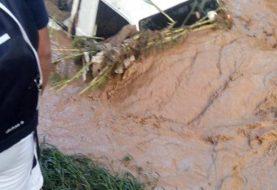 Rescatan ilesos 8 personas cayeron a río desbordado