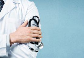 Médico se declara culpable de recibir sobornos