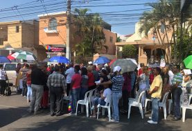 Padre Carlos Santana protesta con misa en la calle