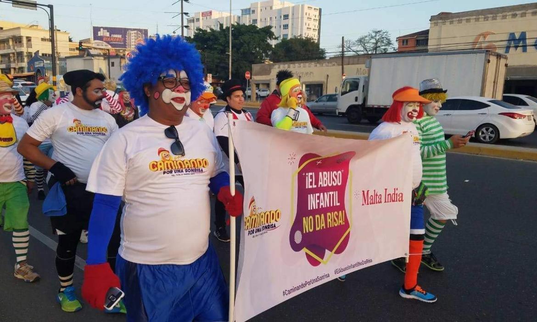 payasos caminan a pie desde Santiago hacia Higuey en protesta abuso infantil