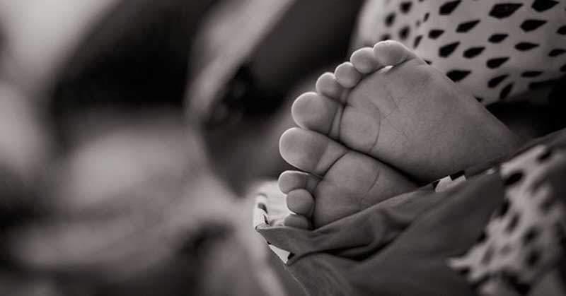 Padres entierran viva bebé al creerla endemoniada