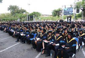 PUCMM entrega títulos a 653 graduandos