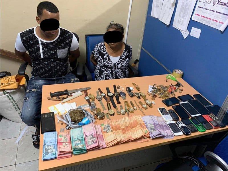 Graban a madre e hijo vendiendo drogas en su residencia de Herrera