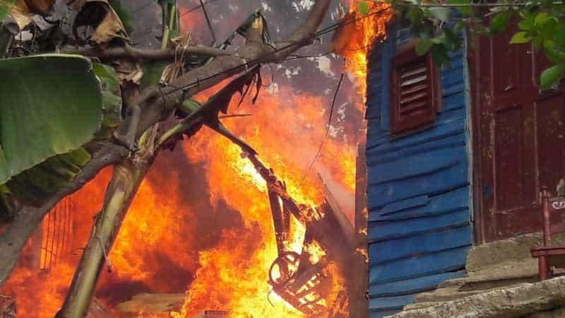 Por reclamo de herencia quema casa familiar