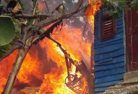 Fuego destruye siete viviendas en Santiago