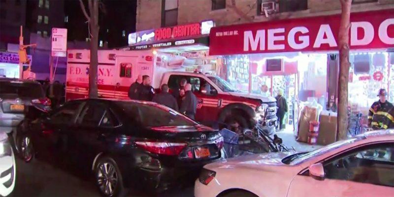 Ambulancia se estrella contra bodega dominicana Alto Manhattan