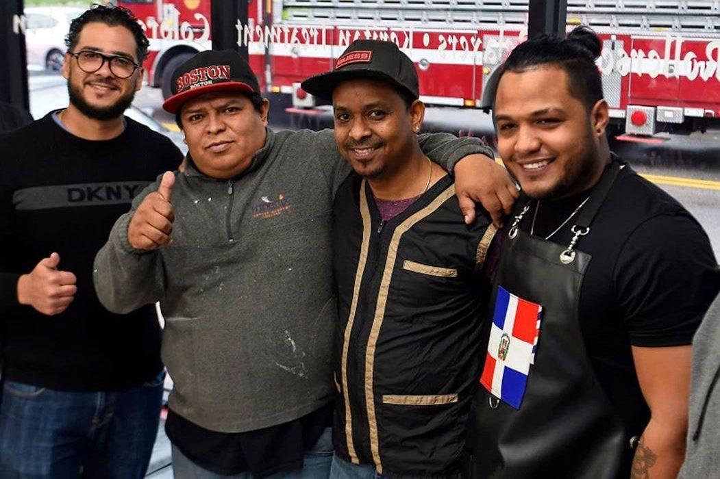 Barberos dominicanos salvan de morir quemados a chinos
