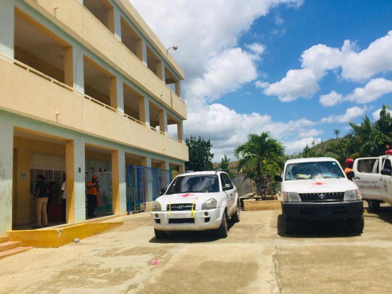 Pañete cae sobre dos estudiantes escuela Cotuí