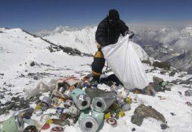 El monte Everest cubierto de basura y cadáveres
