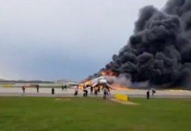 Avión se incendia al aterrizar de emergencia en un aeropuerto Moscú