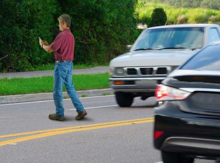 Multarán personas escriban en celulares mientras crucen calles