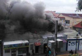 Fuego afecta varios negocios de Santiago