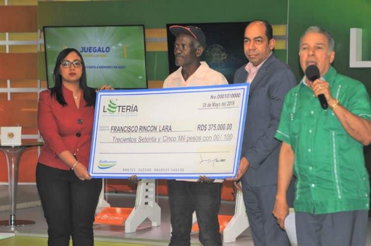 Lotería Nacional entrega premio a ganador de sorteo billetes y quinielas