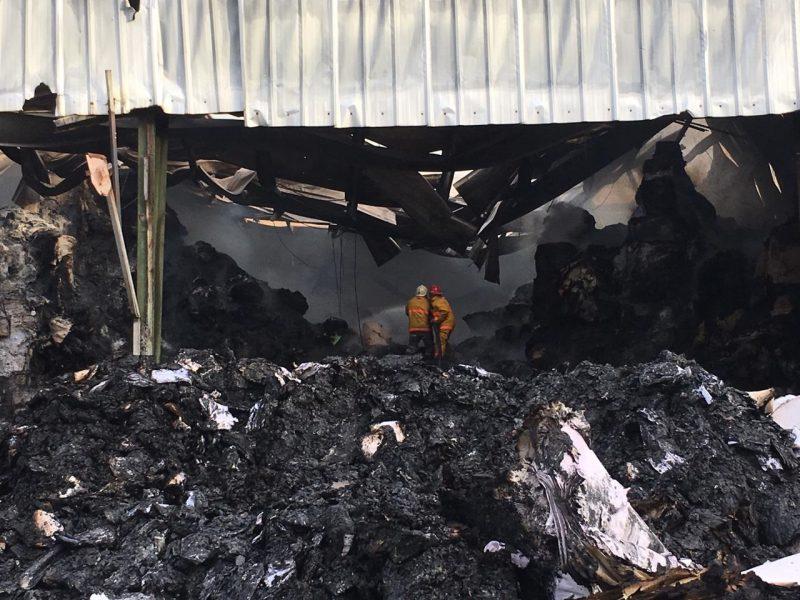 Bomberos sofocan en un 90 por ciento fuego empresa Puñal
