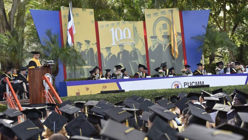 PUCMM celebra graduación número 100
