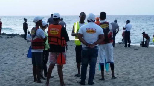 Mujer es arrastrada por olas playa Cabarete
