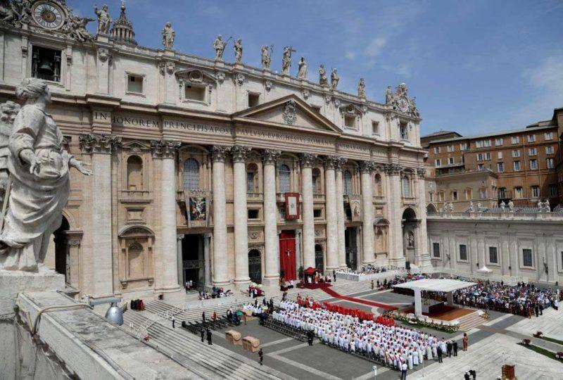 Vaticano rechaza que gente pueda elegir o cambiar género