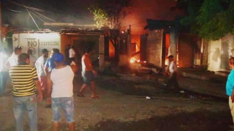 Fuego destruye pensión y taller ebanistería en Santiago