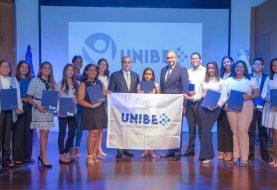 14 estudiantes meritorios reciben becas de Unibe