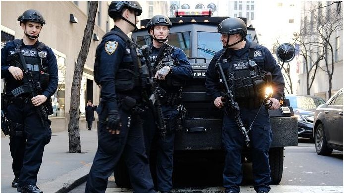 Policía NYC refuerza lugares públicos por tiroteos en Texas y Ohio