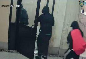 Hispanos se hacen pasar por policías Alto Manhattan y derriban puertas