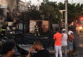 Incendio destruye 2 casas y un negocio en Pueblo Nuevo