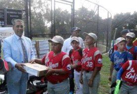Congresista Espaillat entrega útiles escolares a liga de béisbol RD