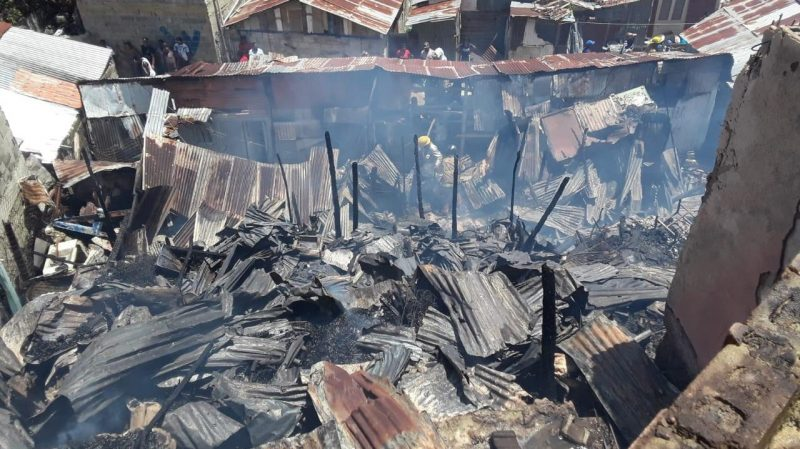 Incendio destruye 33 habitaciones en tres pensiones en Santiago