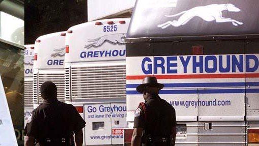 Advierten agentes ICE en buses Greyhound abordan inmigrantes