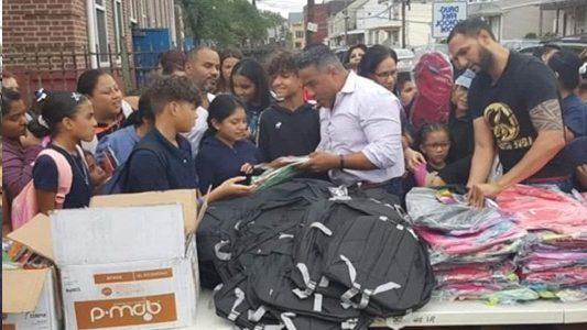 Entregan útiles escolares a cientos de niños en Paterson-NJ