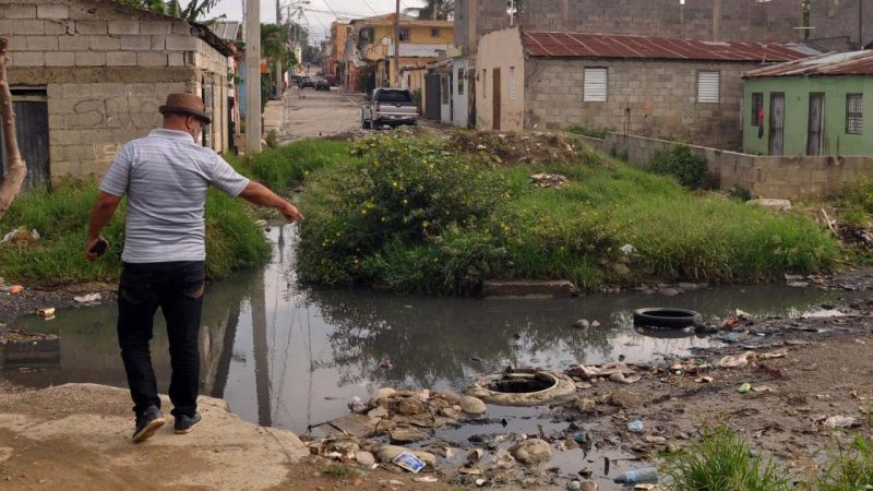 En barrio Santa Lucia reclaman reparación calle y alcantarilla