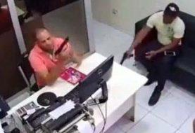 Hombre mata compañero de trabajo mientras limpiaba arma