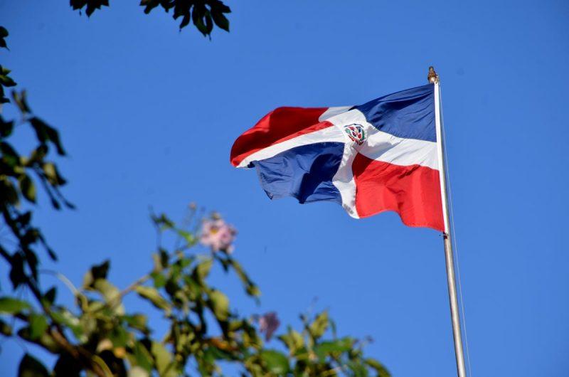 Iglesia rechaza ausencia de escudo en Bandera Nacional