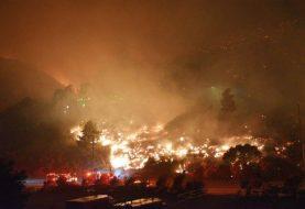 Familias abandonan sus casas por incendios forestales en Los Ángeles