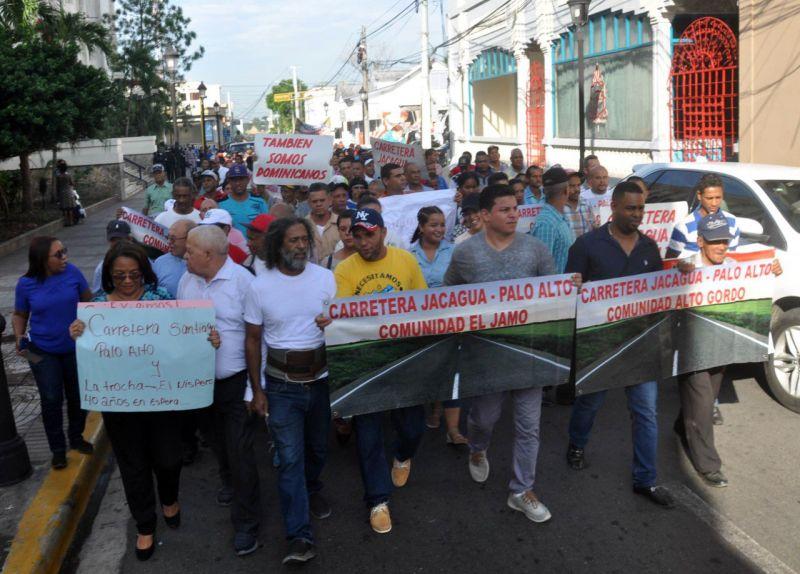 Comunitarios marchan por carretera Jacagua-Palo Alto