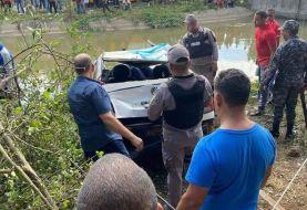 Uno de dos hombres muere ahogado al caer carro a canal