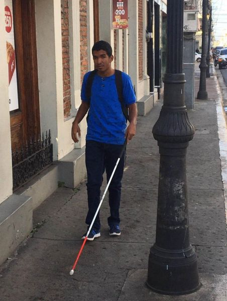 Ciegos se quejan de obstáculos aceras de Santiago