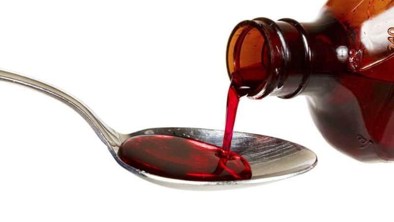 Mujer muere tras confundir jarabe para la tos con veneno